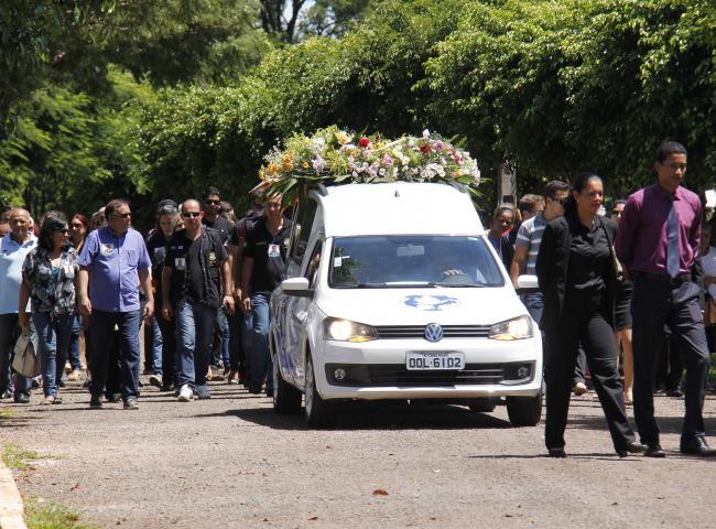 Categoria presta homenagem a agente morto e após organiza manifestação