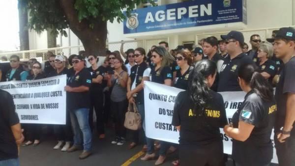 Servidores protestaram em frente a Agepen